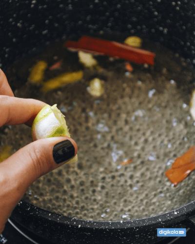 اضافه کردن آب لیمو به شربت باقلوا