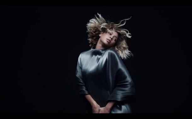 بیانسه در موزیک ویدیوی Mine با لباسی از آیریس ون هرپن
