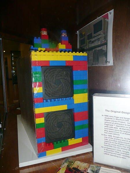 نخستین جایگاه رایانهی گوگل در دانشگاه استنفورد، که از لگو ساخته شده بود