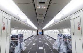 فضای درونی هواپیما با صندلیهای جمع شده