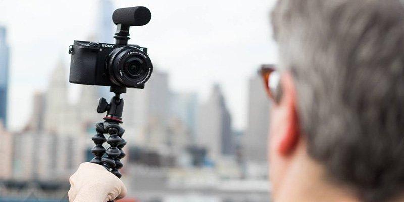 ولاگری در حال کار با دوربین سونی