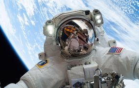 مایک هاپکینز در راهپیمایی فضایی از ایستگاه فضایی بینالمللی