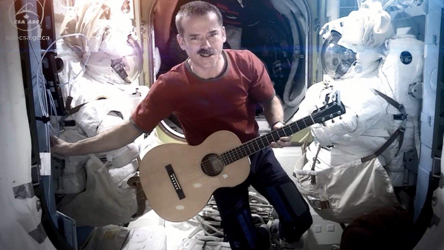 کریس هدفیلد فضانورد کانادایی مشغول نواختن گیتار