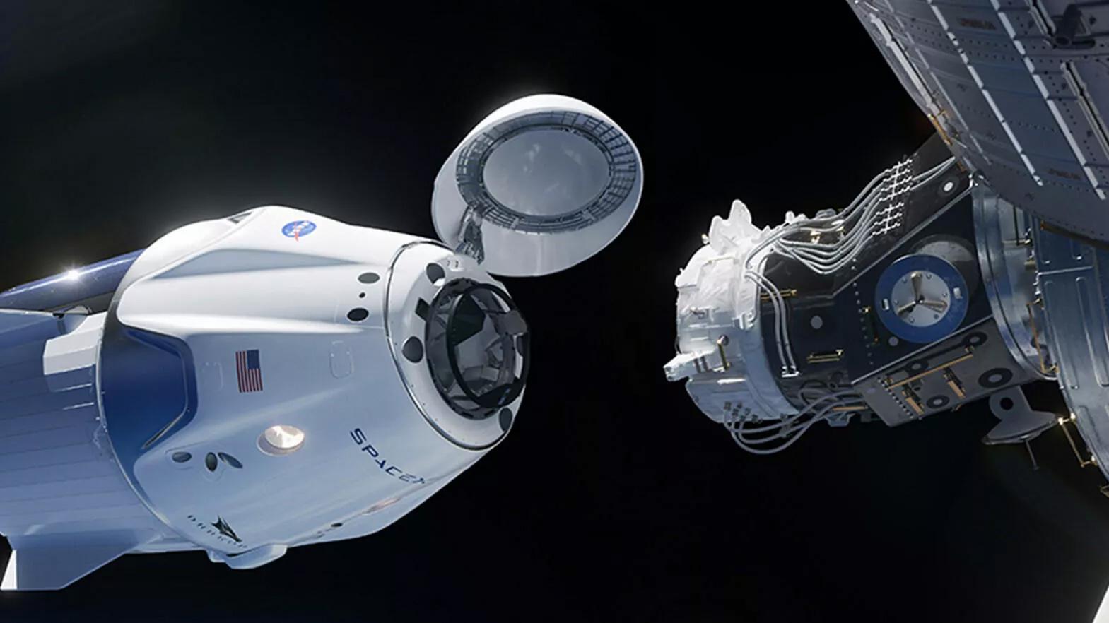 کپسول دراگون اسپیسایکس هنگام اتصال به ایستگاه فضایی بینالمللی