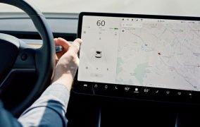 رانندگی خودکار تسلا با نظارت رانندهی انسانی