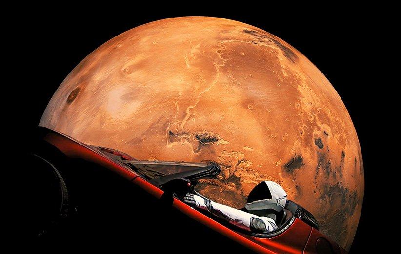 طرحی گرافیکی از خودروی تسلا رودستر در نزدیکی مریخ