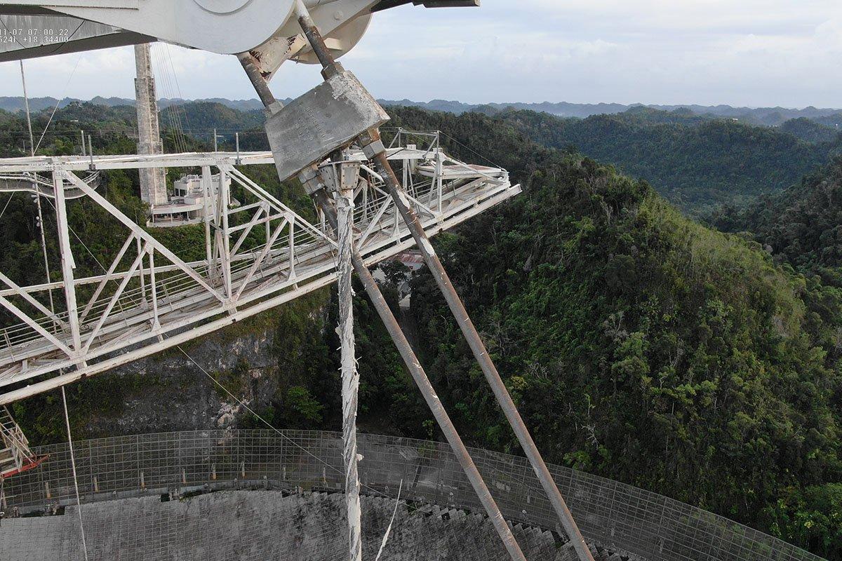 وضعیت کابلهای آسیبدیده در گیرندهی تلسکوپ آرسیبو