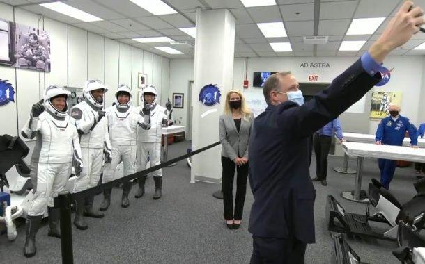 سلفی جیم برایدنستاین، رییس ناسا با فضانوردان کرو-1