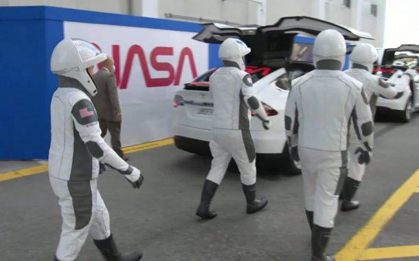 رفتن فضانوردان مأموریت کرو-1 به سمت سکوی پرتاب