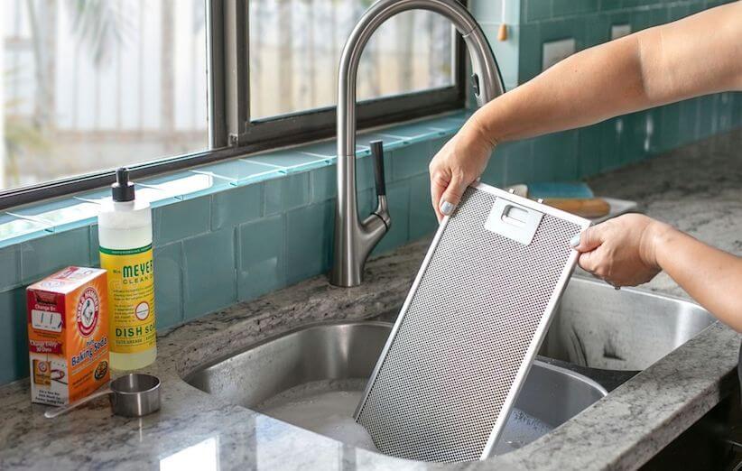 10 قدم برای تمیز کردن هود آشپزخانه - فیلترها را در سینک قرار دهید