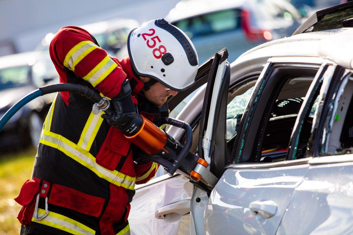 سقوط عمدی خودروهای ولوو از ارتفاع 30 متری