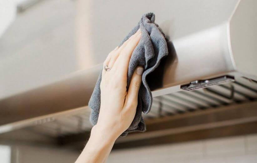 10 قدم برای تمیز کردن هود آشپزخانه - بدنهی هود را تمیز کنید