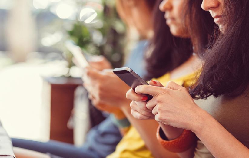چک کردن مکرر تلفن همراه در مهمانی