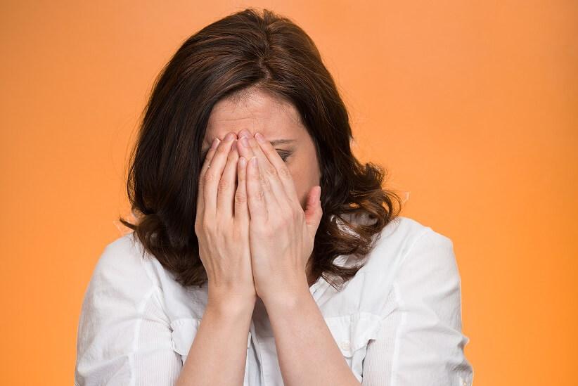 پنهان کردن خود از دیگران نشانهی عزت نفس پایین
