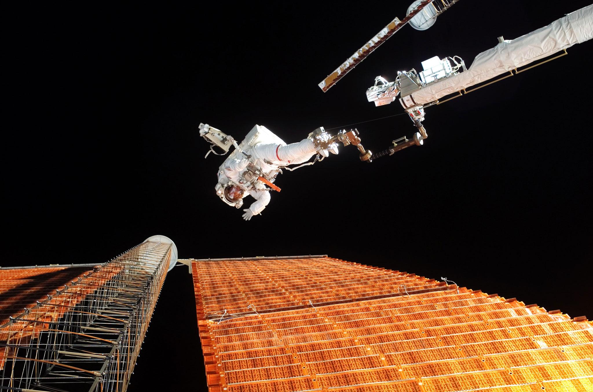 راهپیمایی فضایی در کنار آرایههای خورشیدی