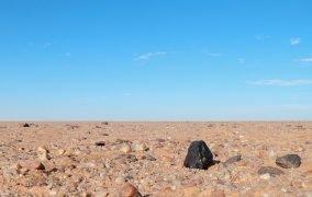شهابسنگ آلماهاتا سیتا در صحرای سودان که میتواند از یک سیارک ناشناخته در منظومهی شمسی آمده باشد.