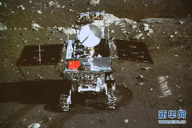 پرچم ملی چین برافراشته شده در سطح ماه طی مأموریت چانگای 4