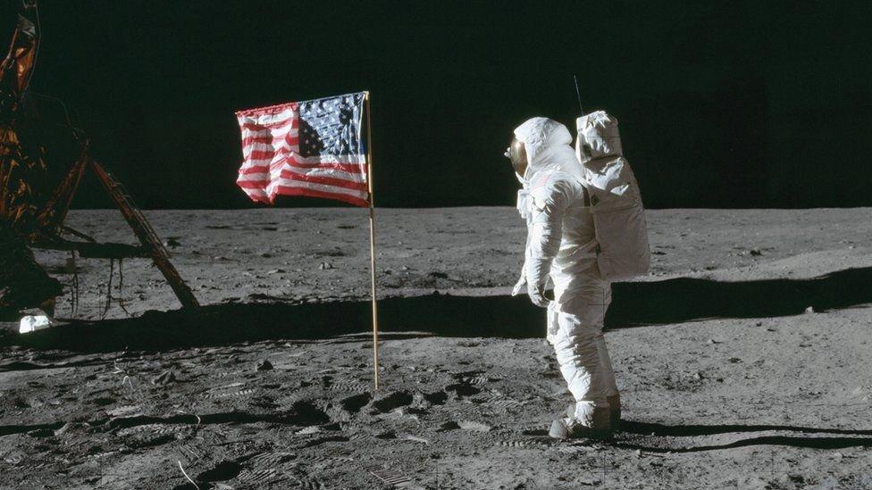 نخستین پرچم ملی آمریکا در ماه به همراه باز آلدرین