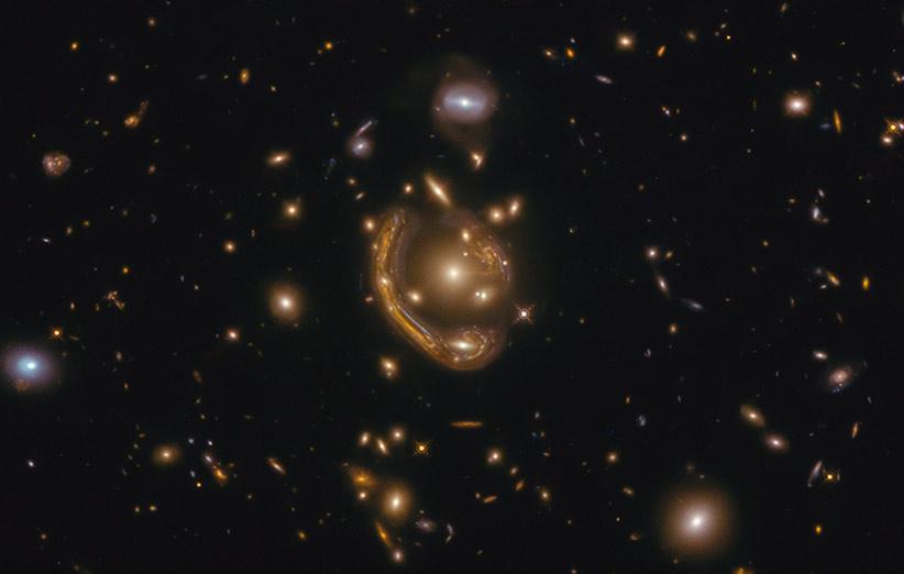 کهکشان GAL-CLUS-022058s که یک حلقهی اینشتین را شکل داده است.