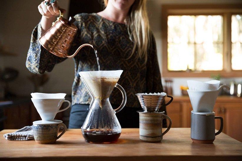 ریختن آب روی قهوه