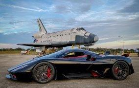 نمایی از خودروی اساسسی تواتارا در کنار مدل Inspiration شاتلهای فضایی ناسا در مرکز فضایی کندی