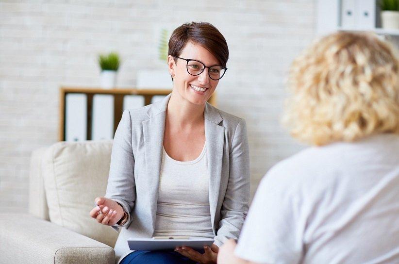مشاور موفقیت در حال صحبت با مراجع