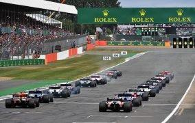 خودروهای مسابقه پیش از خاموش شدن چراغ قرمز و آغاز مسابقهی جایزه بزرگ فرمول یک