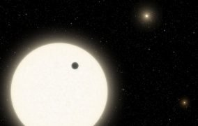 طرحی گرافیکی از سیارهی فراخورشیدی KOI-5Ab پیرامون ستارهی A منظومهی KOI-5 و نمای دو ستارهی دیگر منظومه در دوردست