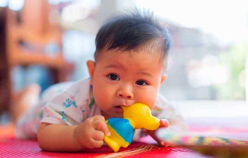 6 روش خانگی تسکین درد رویش دندان در نوزادان و کودکان