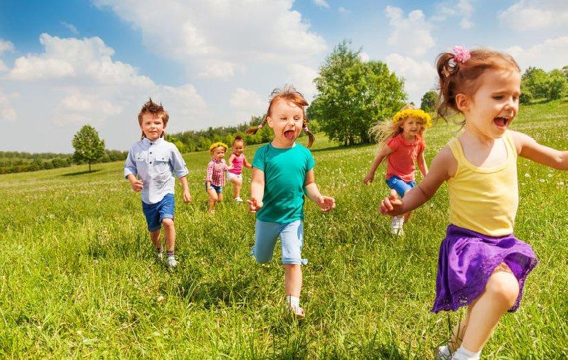 فرزندتان را تشویق کنید در فضای آزاد بازی کند.