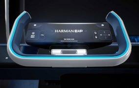 طرحی گرافیکی از صفحهی کنترل فناوری چندرسانهای «مفهوم تجربهی هارمن» بر روی فرمان خودرو