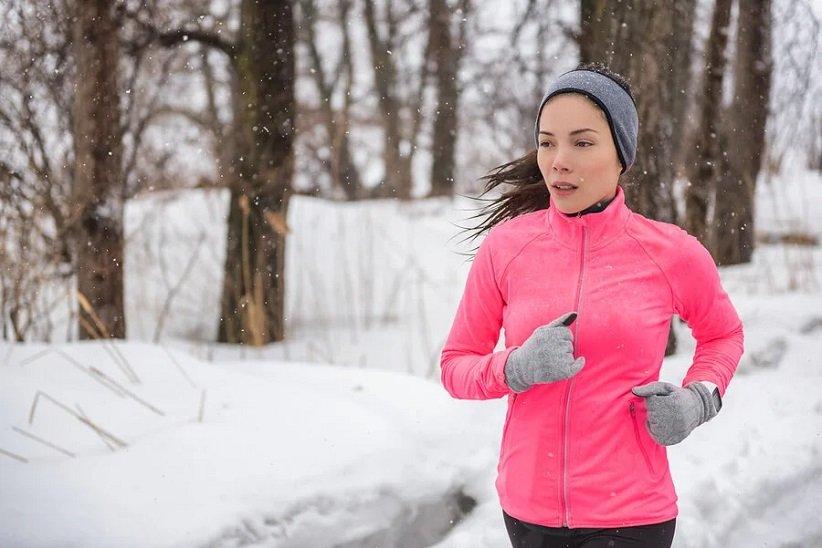 خانومی با هدبند در حال دویدن در هوای سرد