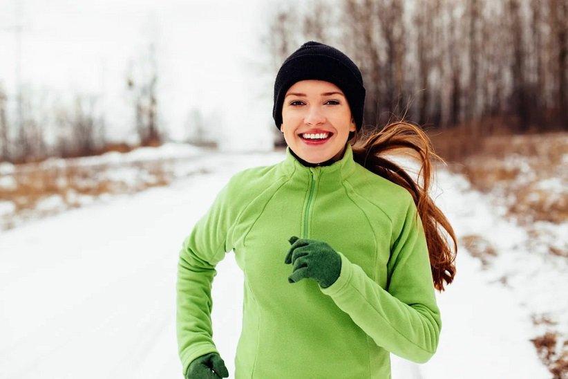 خانومی در حال دویدن با کلاه