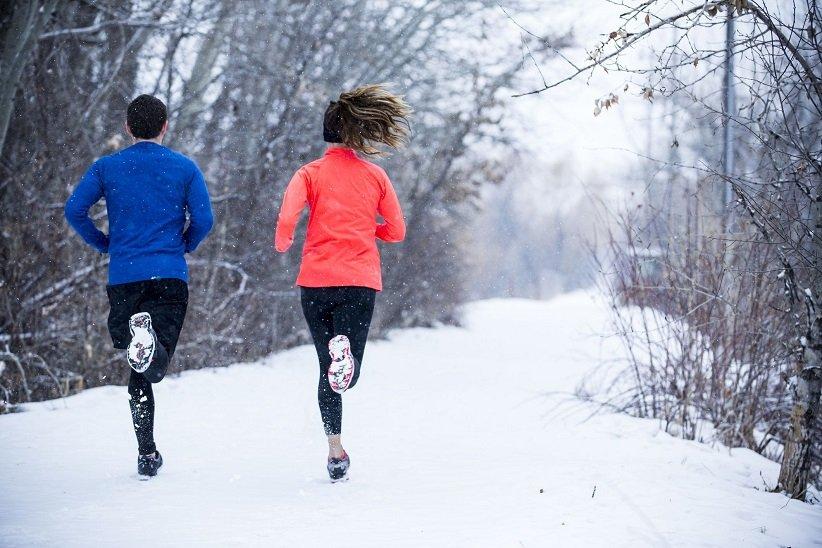 دویدن ۲ نفر روی برفها
