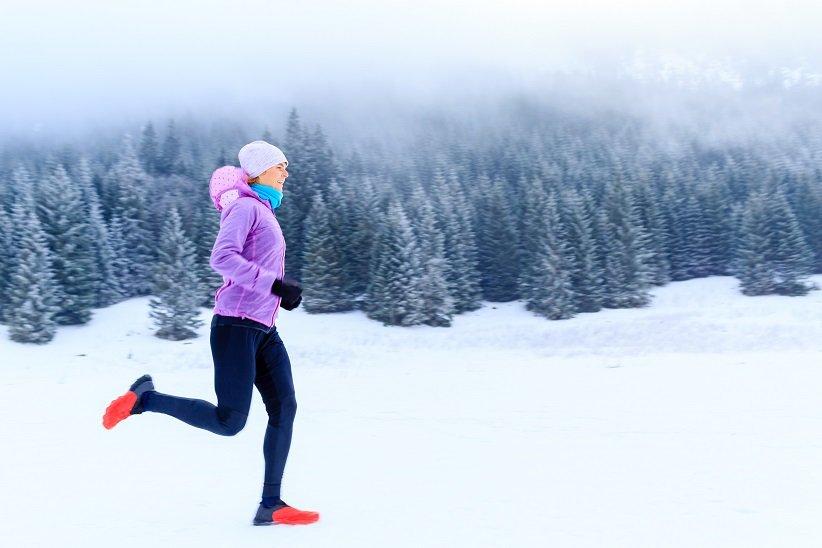 دویدن روی برفها با کاپشن زمستانی