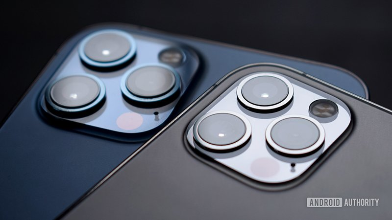 تصویری از دو گوشی آیفون 12 پرو و آیفون 12 پرو مکس