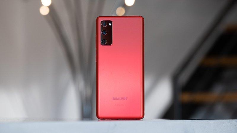 تصویری از سامسونگ گلکسی S20 FE در رنگ قرمز