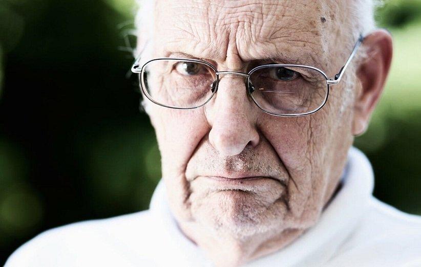 پیرمرد شکاک بخاطر اختلال شخصیت پارانویید