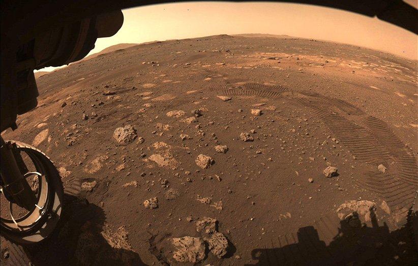 تصویری که مریخنورد پشتکار هنگام حرکت روی خاک مریخ گرفته است.