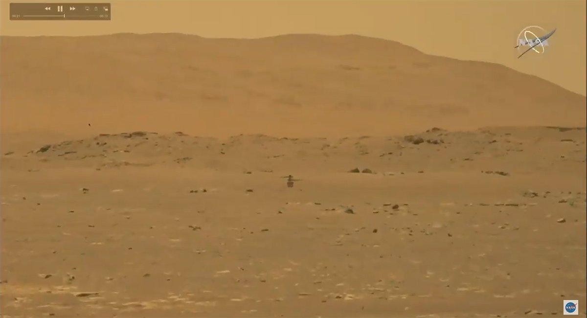 نمایی از ویدیویی که مریخنورد پشتکار از پرواز بالگرد نبوغ تهیه کرده است.