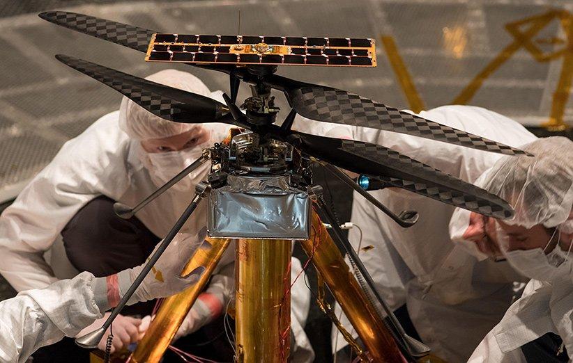 اعضای تیم بالگرد مریخپیمای نبوغ در بستر آزمایشی JPL مشغول کار بر روی نمونهی زمینی آن