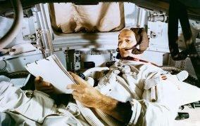 مایکل کالینز در حالی که تنها در کپسول مداری مأموریت آپولو 11 قرار دارد.