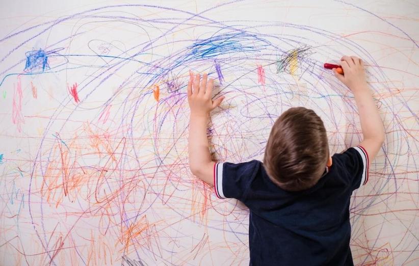 شستن لباس کودک - لکه مداد روی دیوار