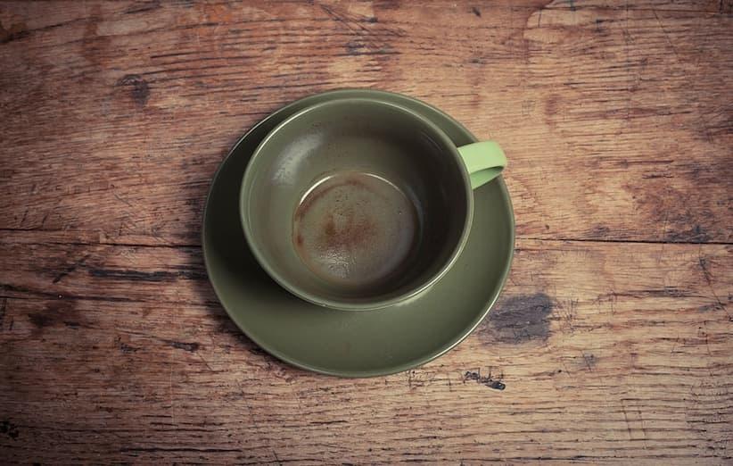 پاک کردن لکهی چای از روی فنجان و لیوان