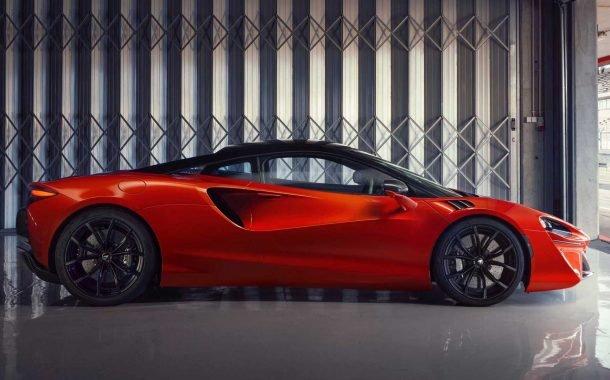 نمای جانبی خودروی سوپراسپرت هیبریدی مکلارن آرتورا 2022
