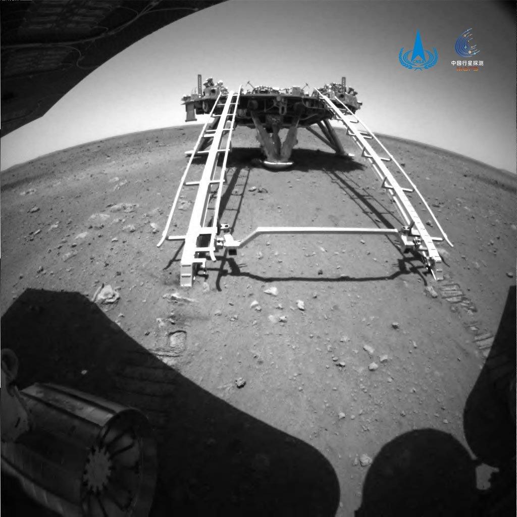 نخستین عکس مریخنورد ژورونگ چین بر سطح مریخ