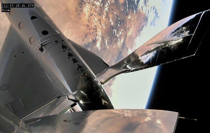 نمایی از فضاپیمای اسپیسشیپ در لبهی فضا