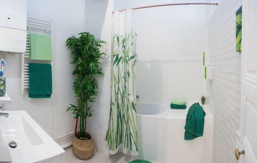 7. حمام را با یک پردهی دوش جدید برای تابستان آماده کنید