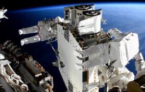 فضانوردان مشغول باز کردن دومین آرایهی خورشیدی جدید ایستگاه فضایی بینالمللی