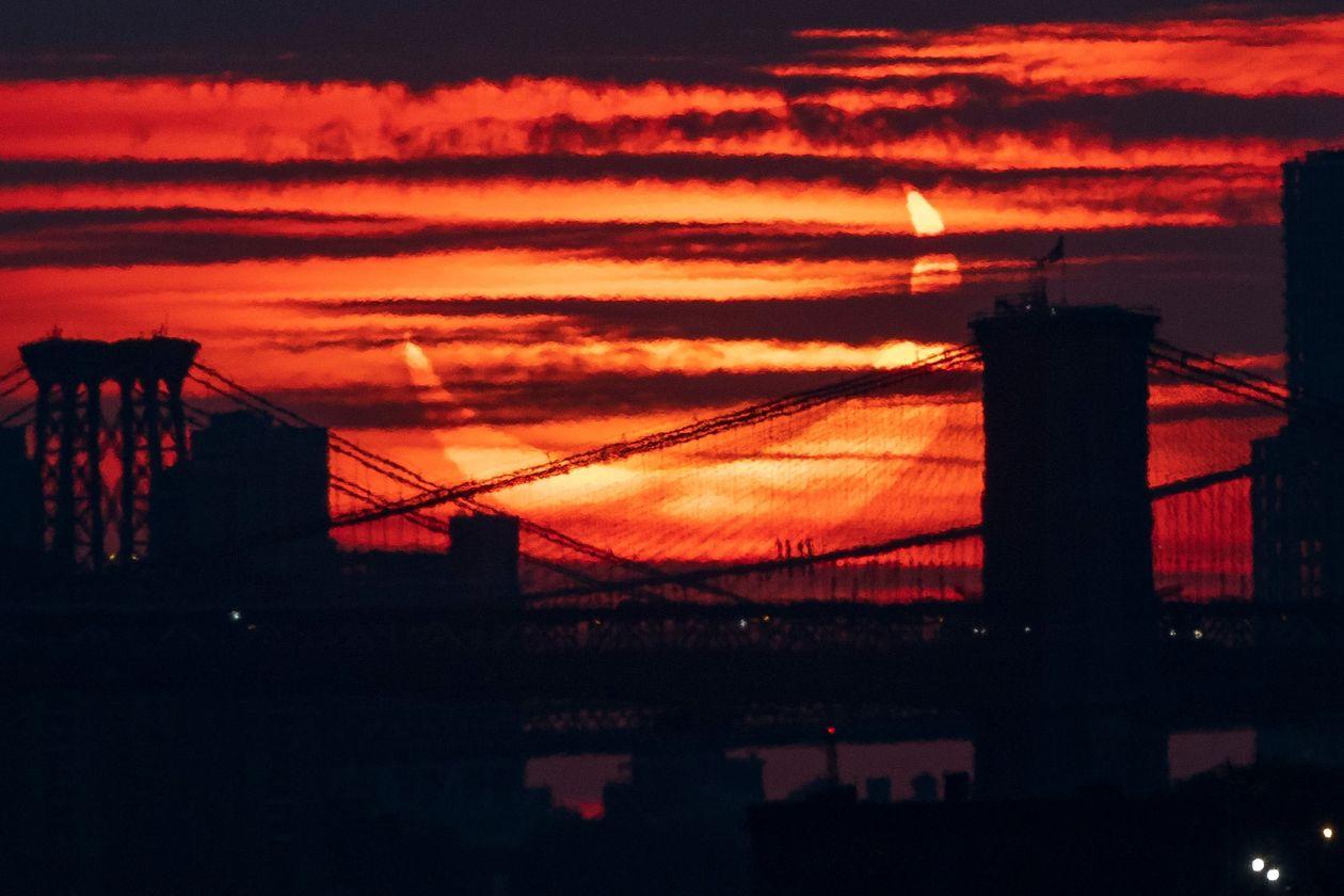 نخستین خورشیدگرفتگی سال 2021 در کنار پلی بر فراز رودخانهی ایست نیویورک